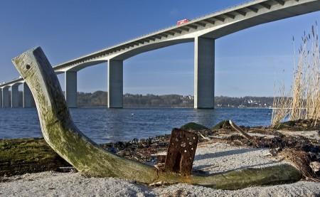 Broen set fra stranden